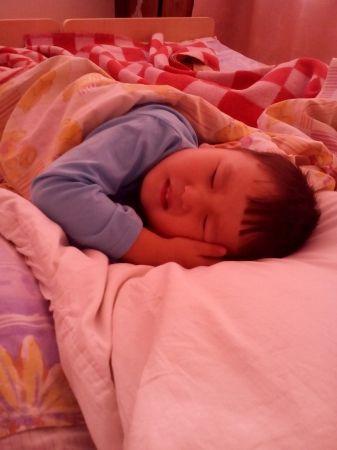 Матвей пытается заснуть