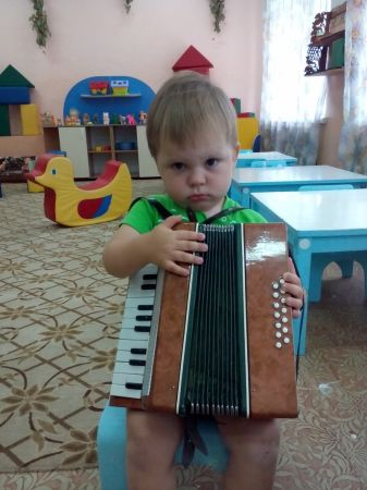 Тёма играет на гармошке